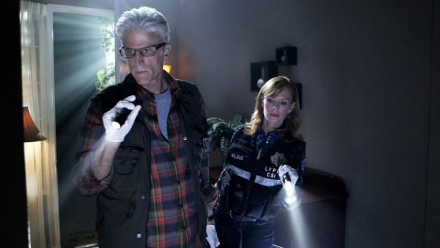 D.B. Russell (Ted Danson, links) and Catherine Willows (Marg Helgenberger) bei der Arbeit in CSI: Vegas.