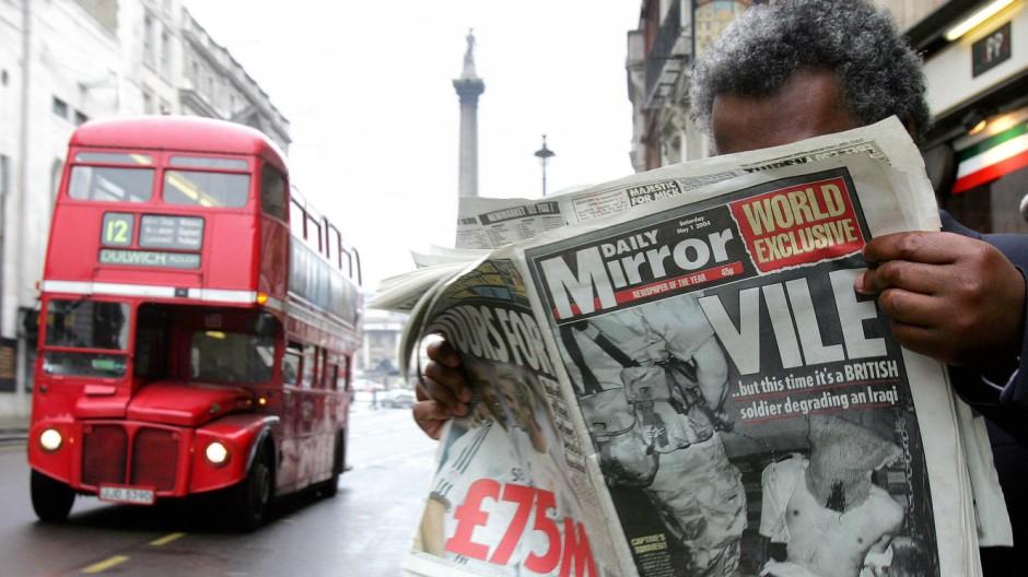 """Ein Mann liest in London den """"Daily Mirror"""". Journalisten der Zeitung haben Telefone illegal abghört."""
