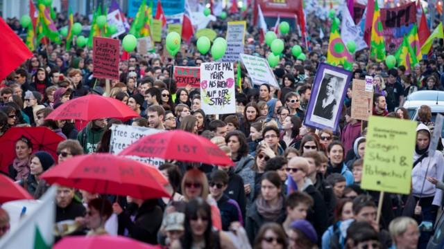 An der nach Veranstalterangaben größten Frauentags Demonstration seit 20 Jahren beteiligen sich in B