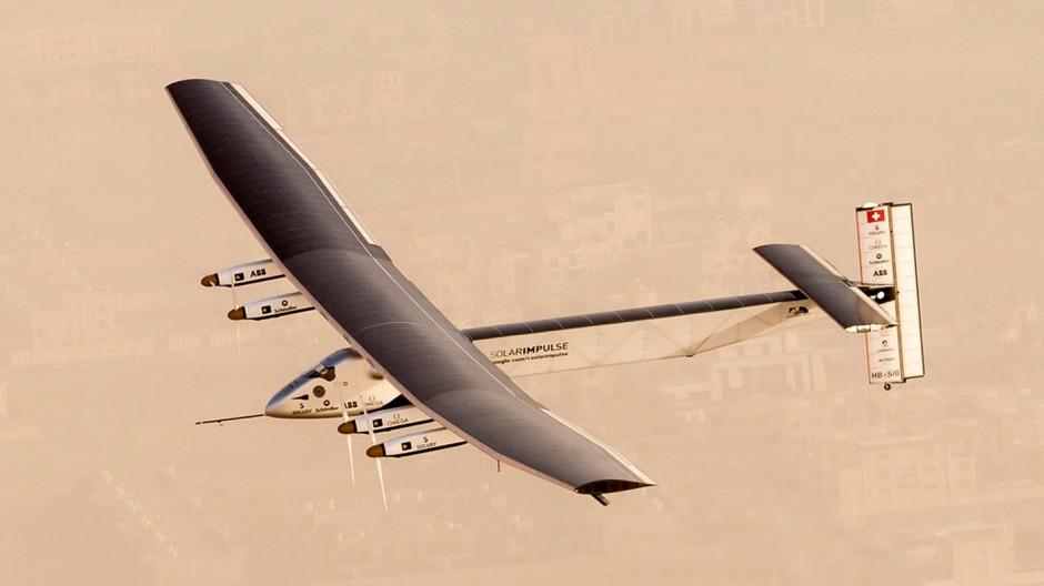 Das Solarflugzeug Solar Impulse 2 startet zur Weltumrundung