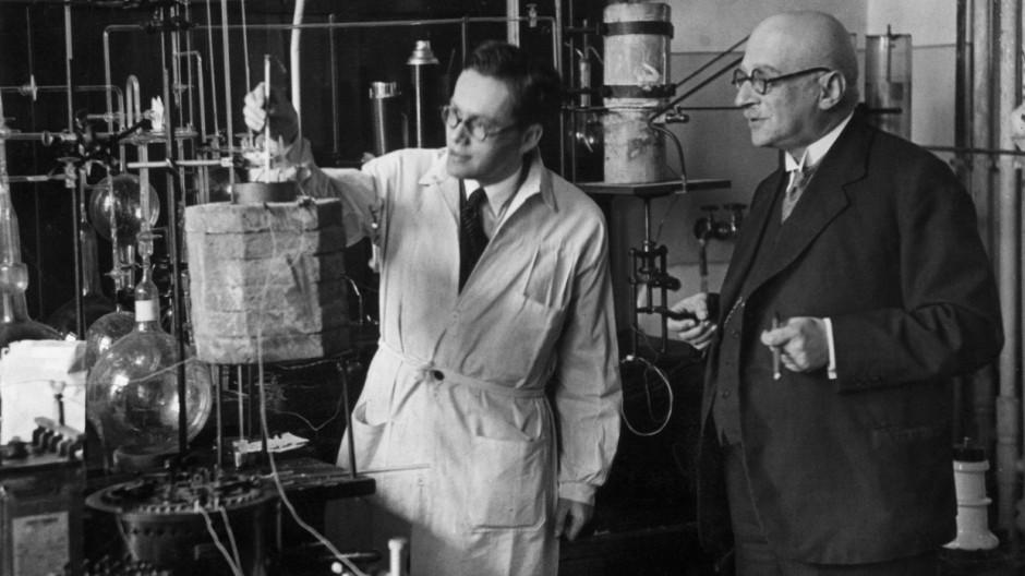 Fritz Haber bei einem Laborversuch, 1918