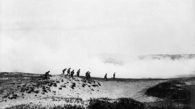 Deutsche Soldaten während eines Gasangriffs in Flandern im Ersten Weltkrieg