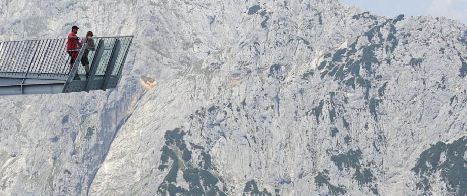 Zwei Männer stehen auf der Aussichtsplattform AlpspiX.