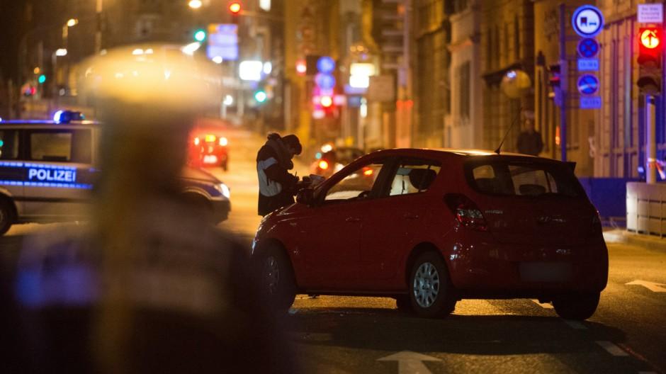 Kriminelle überfahren Polizisten während Einsatz