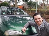 Ebay-Versteigerung: Firat Demirhan mit seinem Opel Tigra.