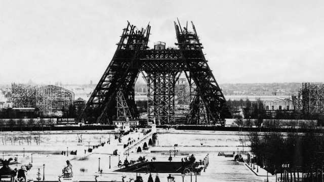 Bau des Eiffelturms, 1888 | The Eiffel Tower under construction, 1988