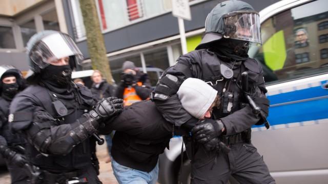 Mehrere Demos von Extremisten in Wuppertal - Festnahme