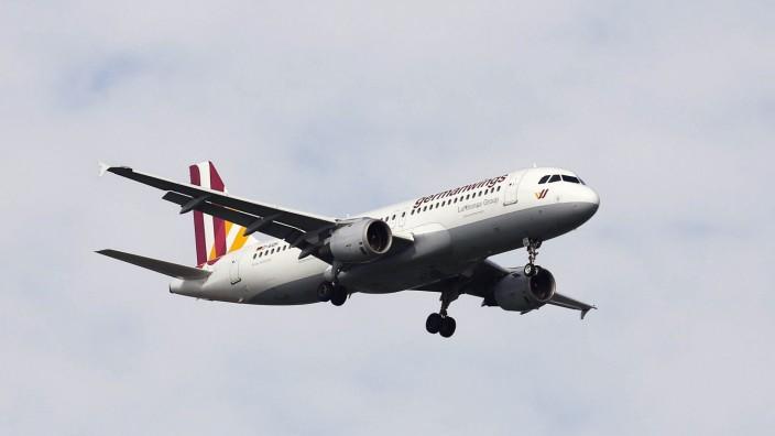 D AIQH Germanwings Airbus A320 211 Lufthansa Group Flugzeuge im Landeanflug Flughafen Duesseldo