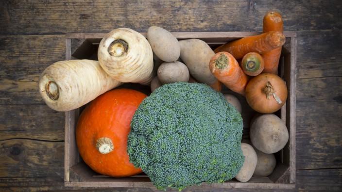 Assortment of vegetables in crate PUBLICATIONxINxGERxSUIxAUTxHUNxONLY LVF002498