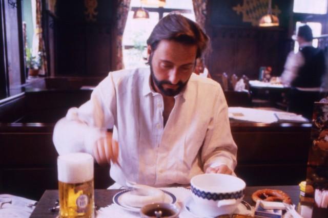 Regisseur Helmut Dietl isst in der Gaststätte Leopold an der Leopoldstrasse in München