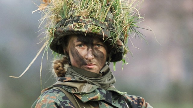 A WOMAN SOLDIER CARRYING A  G36 ASSAULT RIFLE AT ATRAINING CAMP  IN DUELMEN
