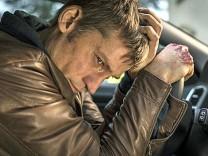 """Polizist Andreas (Nikolaj Coster-Waldau) realisiert in """"Zweite Chance"""", dass er in massiven Schwierigkeiten steckt."""