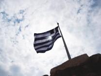 Griechische Fahne auf der Akropolis in Athen