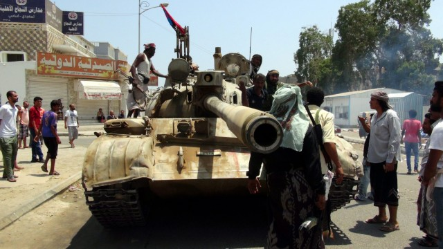 Clashes in Aden between Houthi fighters and President Hadi's trib