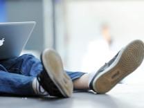 Jugendlicher mit Computer
