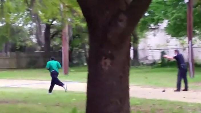 US-Polizist schießt unbewaffnetem Schwarzen in den Rücken