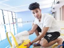 Haar, Schwimmbad am Jagdfeldring, afghanischer Flüchtling wird Bademeister