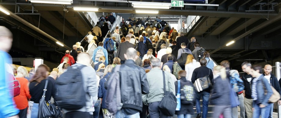 Germany Berlin station Ostkreuz commuters on the go PUBLICATIONxINxGERxSUIxAUTxHUNxONLY ZM000378