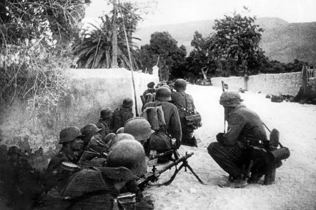 Deutsche Fallschirmjäger und Luftlandetruppen vor Chania, Kreta 1941
