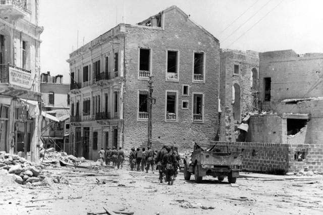 Deutsche Fallschirmjäger nach der Einnahme Heraklions, Kreta 1941