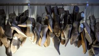 Leisten für Maßschuhe hängen bei Maßschuhmacher Alexander Preiß in seiner Werkstatt in Dresden an de