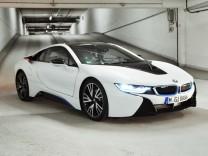 Mit dem BMW i8 durch die Tiefgarage der SZ.