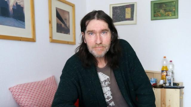 Jan S in seinem Zimmer im bundsesweit ersten Wohnheim fuer alternde Drogenabhaengige in Unna Nordr