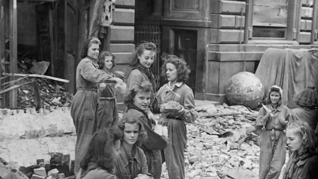 Aufräumarbeiten im Scherl-Verlag nach Luftangriff, 1944