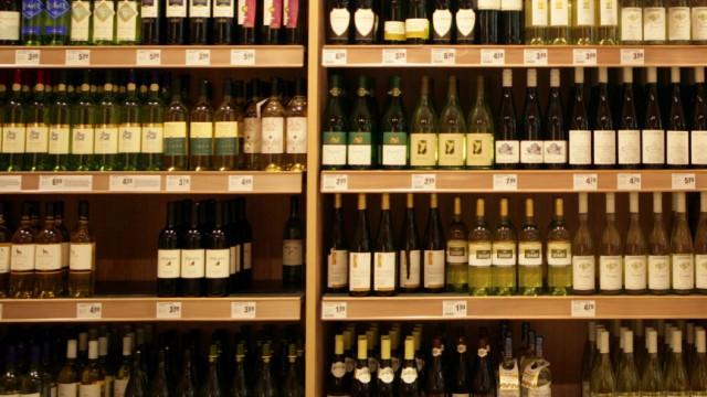 Ein Weinregal im Supermarkt