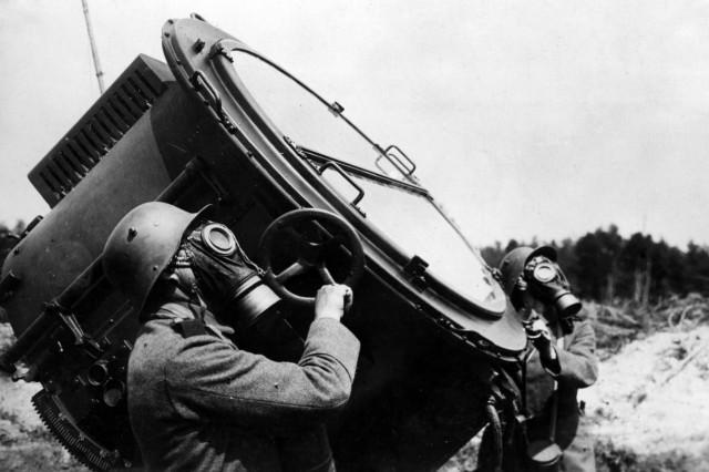 Soldat am Scheinwerfer, 1918