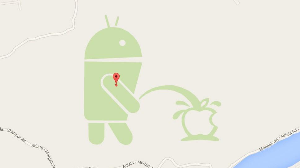 Android-Maskottchen pinkelt auf Apple-Logo