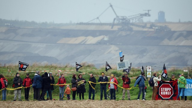 Menschenkette gegen Tagebau