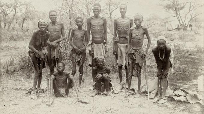 Ausgezehrt, aber am Leben: Herero nach der Flucht durch die Wüste 1907 (Foto: oh)