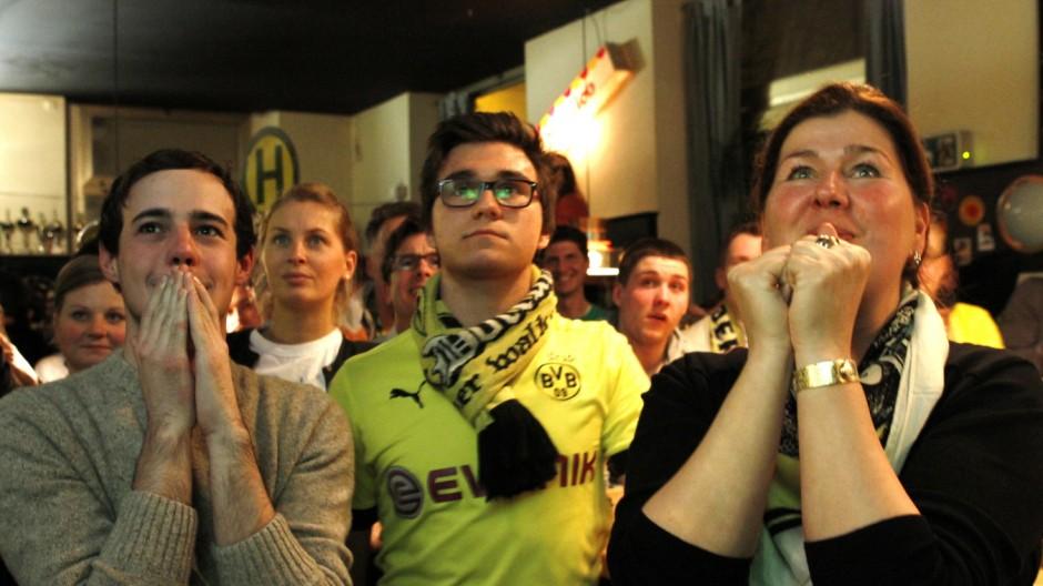 """Borussia Dortmund Fans in der Kneipe """"Clemensburg"""" in München, 2013"""