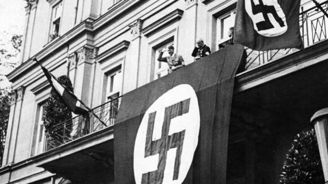 Hitler und Schwarz auf dem Balkon des Braunen Hauses, 1933