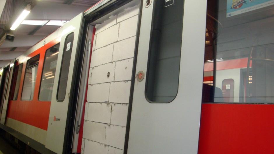 Zugemauerte S-Bahn Tür in Hamburg