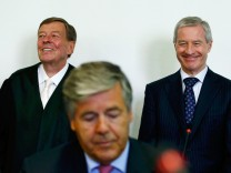 Fitschen, co-CEO of Deutsche Bank, his lawyer Feigen and former Deutsche Bank CEO Ackermann await their trial in courtroom in Munich