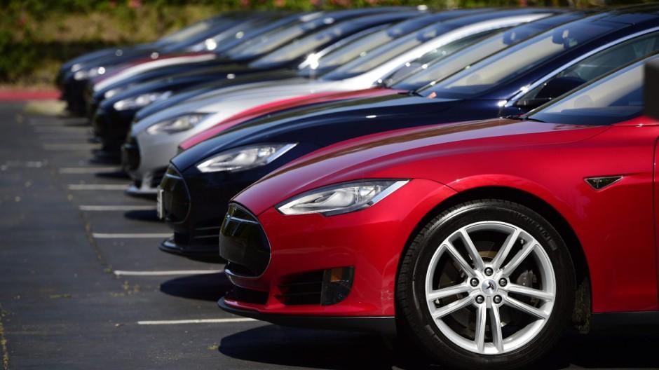 Tesla Model S im Hauptquartier des Unternehmens