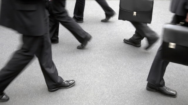 Essen, Deutschland, Manager gehen ueber einen grauen Teppich