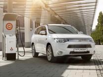 Mitsubishi Outlander Plug-In-Hybrid an der Ladesäule