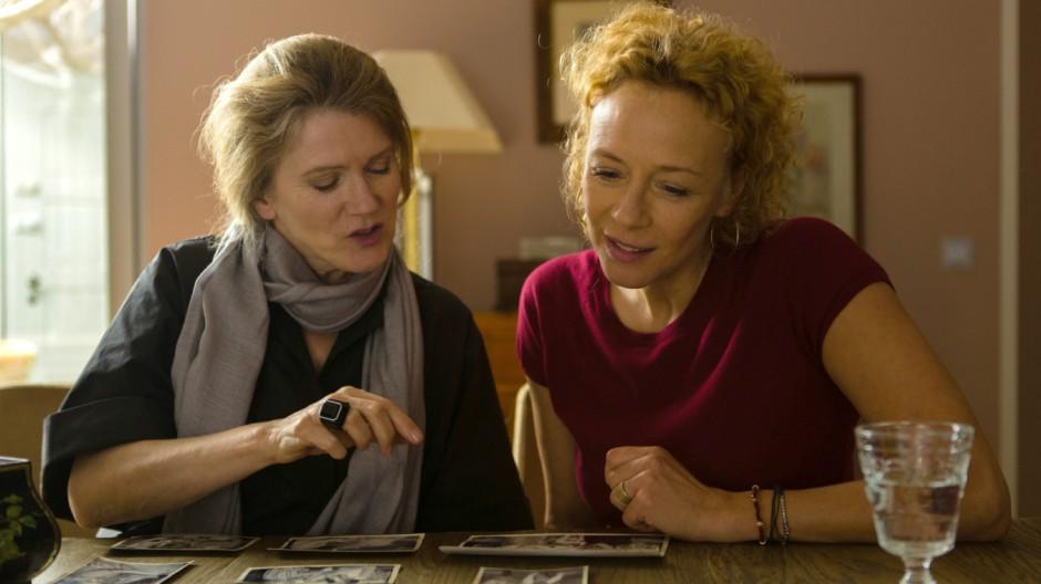 """Barbara Sukowa (links) und Katja Riemann in einer Szene des Films """"Die abhandene Welt""""."""