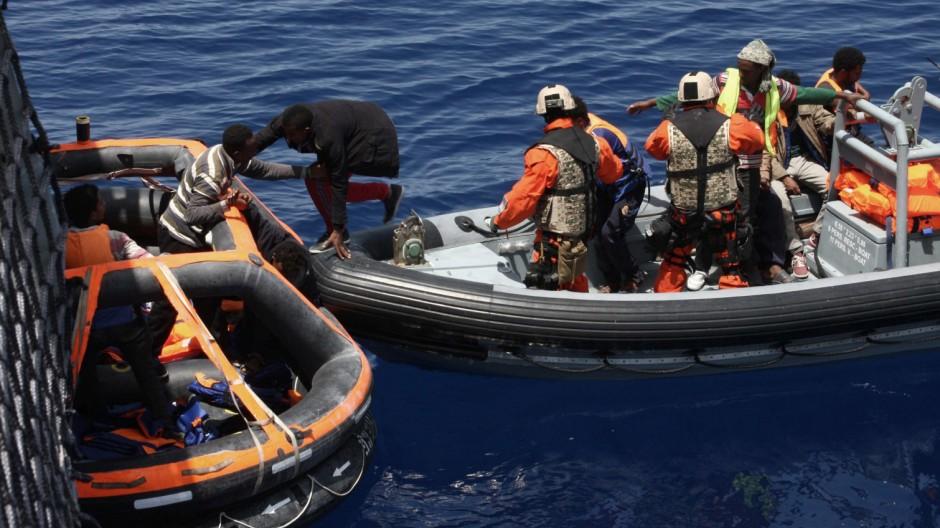 Deutsche Soldaten retten erstmals Flüchtlinge im Mittelmeer