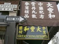 Chinatown - geheimnisvolle Stadt in der Stadt: Besonders alte Menschen pflegen in dem Viertel in San Francisco ihre Traditionen in der Fremde.