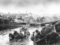 Deutsche Flüchtlinge aus Ostpreußen mit Pferdewagen, 1945