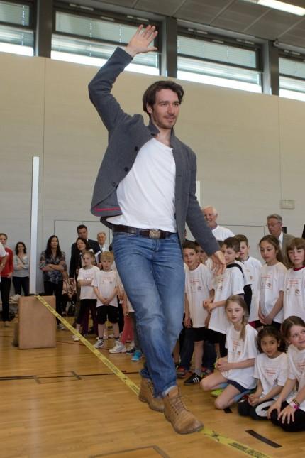 Felix Neureuther balanciert auf der Slack Line Muenchen Bayern Germany 24 April 2015 Mit ei