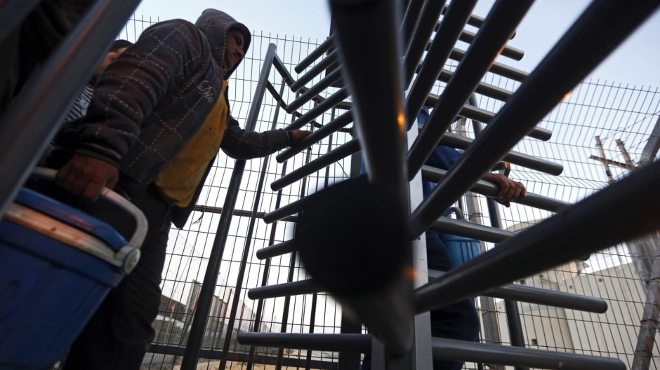 Palestinian workers cross Eyal check point