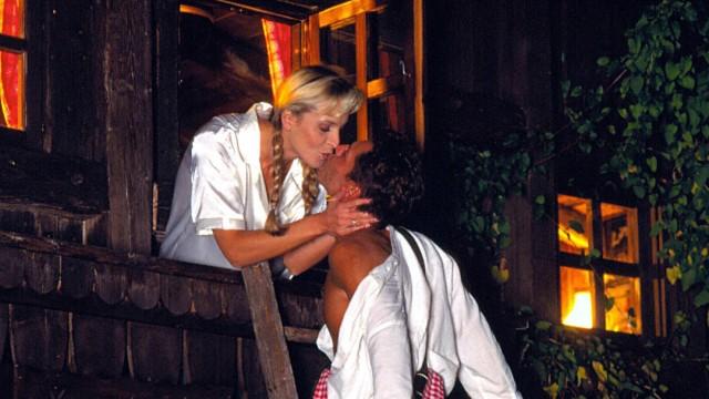 Bayrischer Liebesbrauch Junger Mann beim Fensterln mit seiner Geliebten