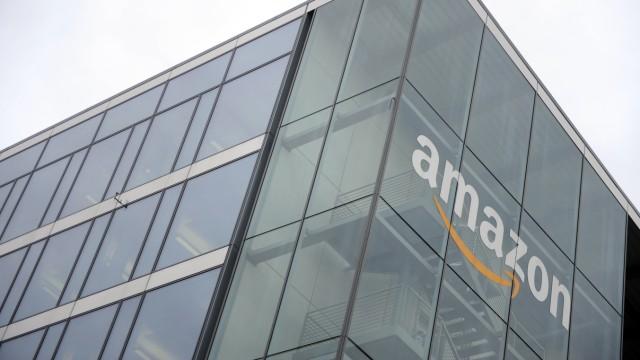 """""""Amazon"""" Schriftzug an deren Bürogebäude in München, 2015"""