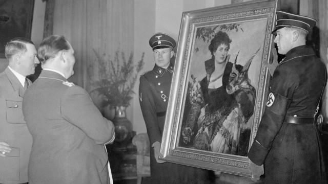 Adolf Hitler und Hermann Göring in der Berliner Wohnung Görings, 1938   Adolf Hitler and Hermann Goring in Goring's Berlin apartment, 1938