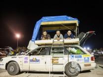"""Rallye Allgäu-Orient: Das Team """"Die Wüsten Kerle"""" auf ihrem Audi A6 Avant."""